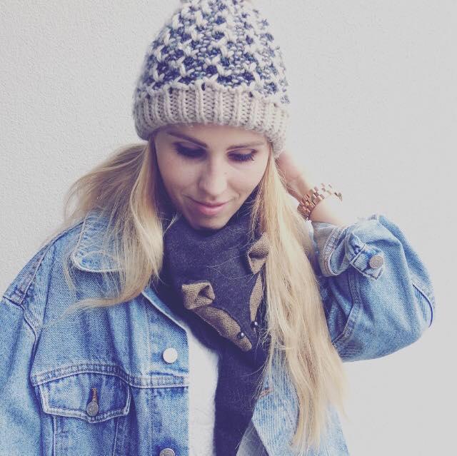 Alja Slemensek - Fox Scarf - Blue Jeans & Beanie Look