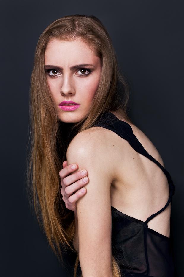Alja Slemensek - Lookbook - Black Top & Pink Lips