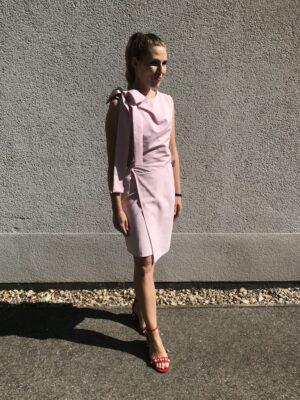 Rosa Kleid mit Schleife aus Bio-Baumwolle und roten Schuhen